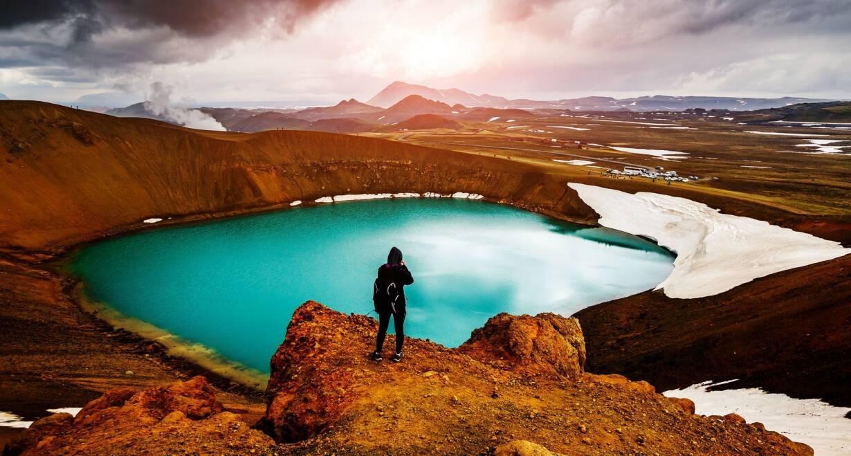 Fly & Drive IJsland: Hoogtepunten van Noord en Zuid - IjslandWatervallen, kraters en vulkaanlandschap